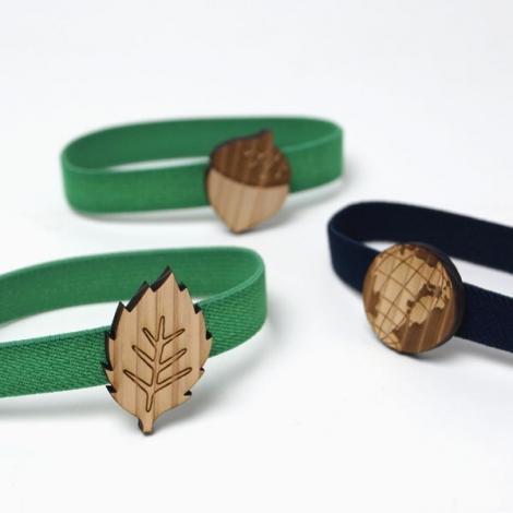 木製チャームが付いたマルチバンドデザイン3種 葉、地球、どんぐり
