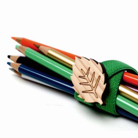 色鉛筆をまとめる木製チャーム付きマルチバンド