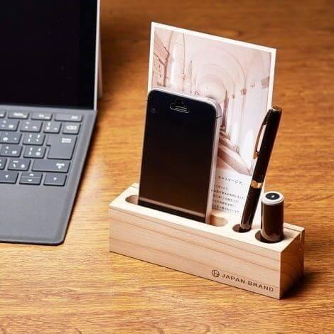 スマートフォンとペンと印鑑とポストカードを立てた木製マルチスタンド ロング